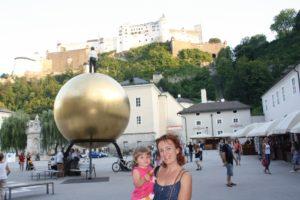 Kapitelplatz, centro neurálgico de Salzburgo con su esfera dorada y el ajedrez gigante.