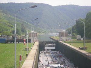 Maniobras en una esclusa en el Mosela
