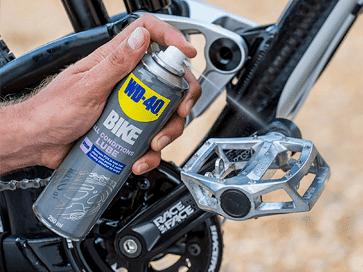 Lubricar el pedal de la bicicleta