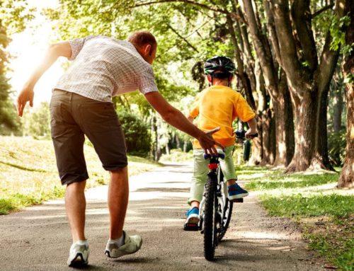 Cómo enseñarle a tu hijo a montar en bicicleta
